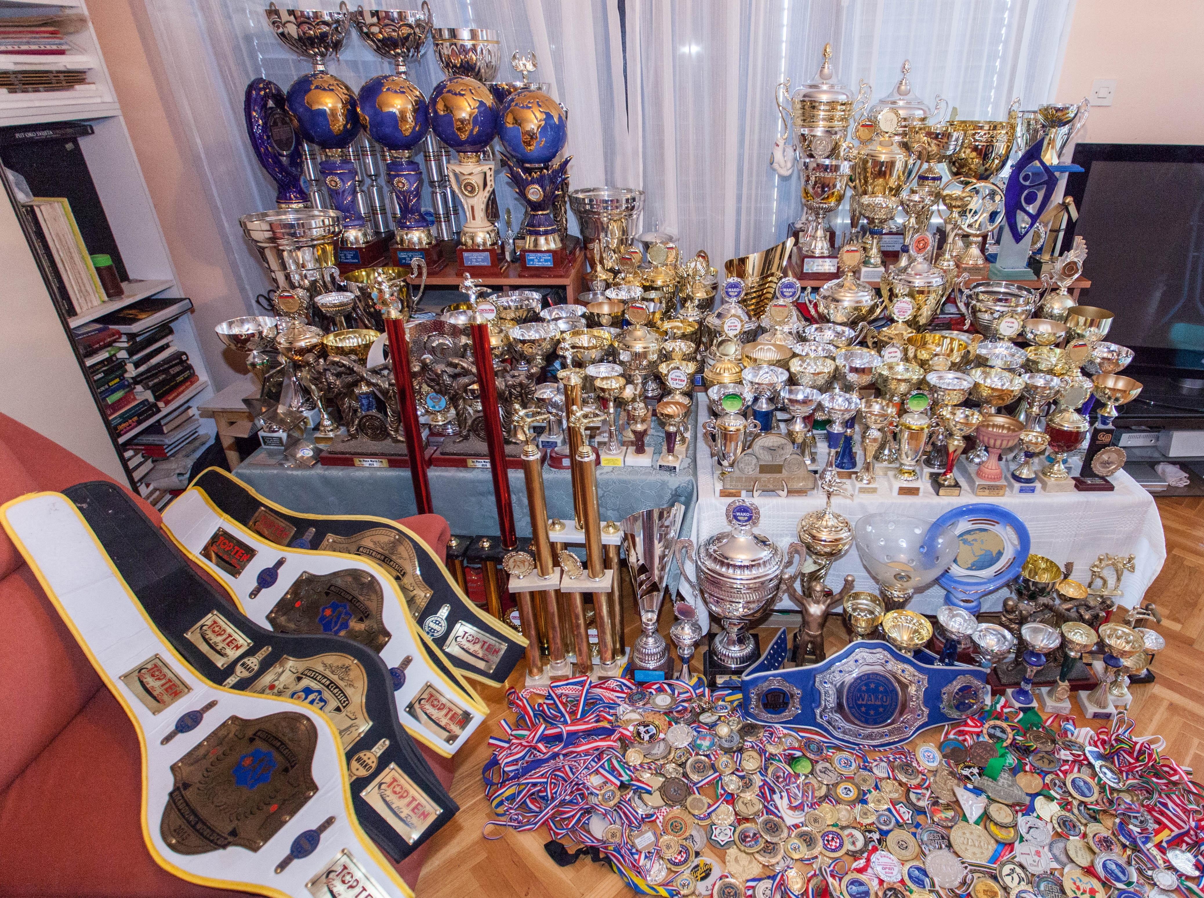 1-Ana Znaor, pehari, pojasi, medalje Kako izgraditi uspješnu sportsku karijeru i postati višestruka svjetska kickboxing prvakinja INTERVJU