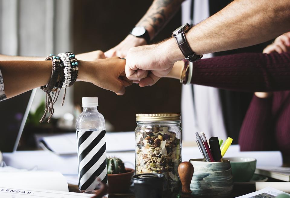 Kako postati uspješan lider u poslovnom svijetu uz nekoliko jednostavnih trikova biti lider tima posao biznis suradnja finjak portal ruke skupa